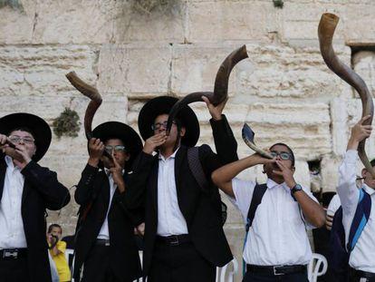 Varios ultraortodoxos tocan el shofar ante el Muro de las Lamentaciones en vísperas del Año Nuevo Judío.