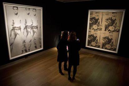 'Triple Elvis' y 'Cuatro Marlons', de Andy Warhol, expuestos en Londres antes de ser subastados en Nueva York.