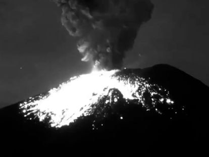 Imagen de la explosión del Popocatépetl, este viernes.