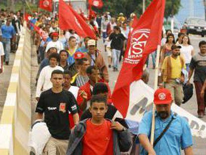 En la imagen, integrantes del Movimiento de los Sin Techo (MTST) de Brasil. EFE/Archivo