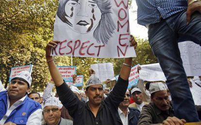 Un hombre protesta en contra de la violación de una mujer supuestamente en uno de los behículos de Uber en Nueva Delhi (India).