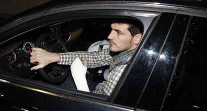 Casillas, conduciendo con una mano escayolada en enero pasado