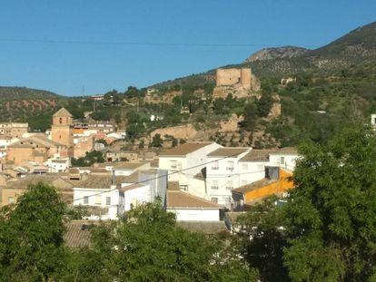Huelma (Jaén), con la iglesia de Vandelvira a la izquierda y el castillo a la derecha.