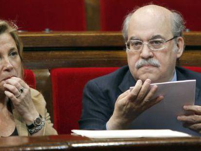 La vicepresidenta de la Generalitat, Joana Ortega (i) y el consejero de Economía, Andreu Mas-Colell en el Parlament.