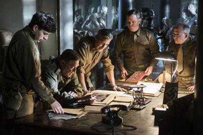 De izquierda a derecha, Sam Epstein, John Goodman, George Clooney, Matt Damon y Bob Balaban en un fotograma de 'The monuments men'.