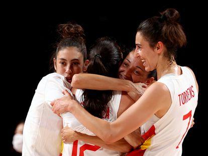María Conde, Laia Palau y Alba Torrens abrazan a Maite Cazorla tras el triunfo ante Serbia