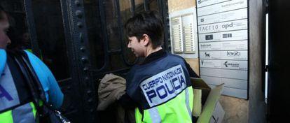 Agentes de la Policía Nacional entran en la sede de Método 3.