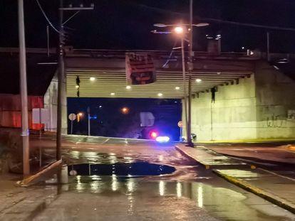 Los cuerpos de dos policías estatales de San Luis Potosí colgados en un puente vehicular de Zacatecas.
