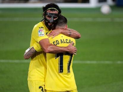 Alcacer y Albiol celebran uno de los goles del Villarreal