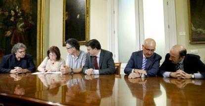 Los portavoces de la oposición firman el acta de defunción de la Lomce.