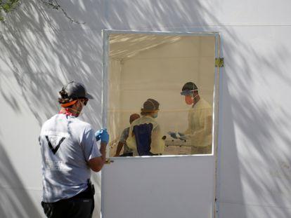 Personal de la ONG Global Response Management trabaja en el hospital de campaña del campamento de migrantes de Matamoros.
