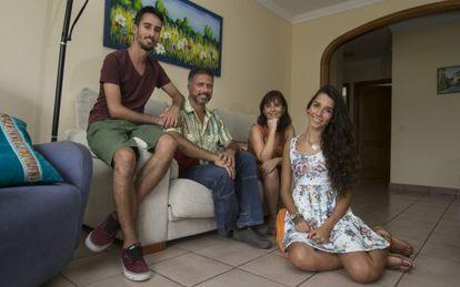 Lola y su familia en el salón de su casa, en Gran Canaria.