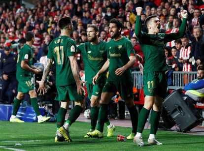 Córdoba, Raúl García e Iñigo celebran el gol de Yuri al Granada.