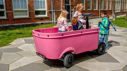 Unos niños, en un vehículo del modelo prohibido.
