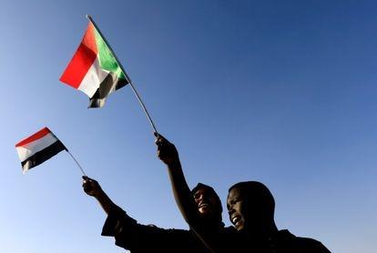 Unos jóvenes ondean la bandera sudanesa en la Plaza de la Libertad durante el primer aniversario del inicio del levantamiento que derrocó al antiguo gobernante Omar al-Bashir, en Jartum, Sudán, el 19 de diciembre de 2019.