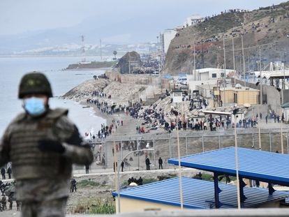 Militares y policías desplegados en la frontera de Ceuta el 18 de mayo, durante la crisis migratoria.