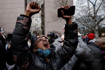 Un manifestante reaccionaba tras conocer el veredicto del jurado, ayer en Minneapolis.