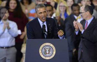 El presidente estadounidense, Barack Obama, habla para promover un aumento en el salario mínimo, en la Universidad Central de Connecticut, en New Britain (EE.UU.).