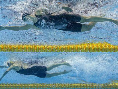 Ariarne Titmus, con gorro amarillo, adelanta a Ledecky en la final de 400.