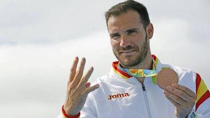 Saúl Craviotto indica el número de medallas conseguidas en su carrera.