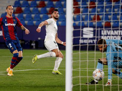Rafa Mir (centreo) marca uno de sus dos goles este viernes al Levante.
