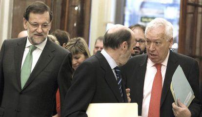 Rajoy, Rubalcaba y García-Margallo, ayer en los pasillos del Congreso.