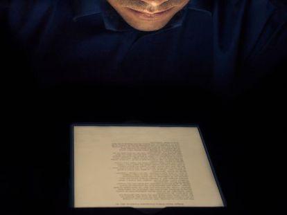 Un lector con un 'ebook'.