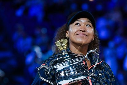 Naomi Osaka posa con el trofeo de campeona, este sábado en Melbourne.