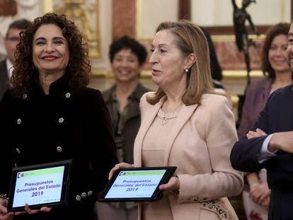María Jesús Montero y Ana Pastor durante la presentación de presupuestos. ULY MARTIN/ Vídeo: