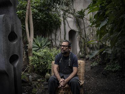 Pedro Reyes, el escultor de la obra 'Tlali' que se exhibirá en Paseo de la Reforma de la Ciudad de México, en sustitución de la estatua de Colón, en entrevista para EL PAÍS.