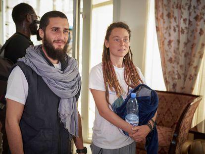 El italiano Luca Tacchetto y la canadiense Edith Blais a su llegada al aeropuerto de Bamako este sábado tras su liberación.