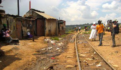 La línea de tren Kenia-Uganda es un parada ineludible de las visitas turísticas a Kibera.