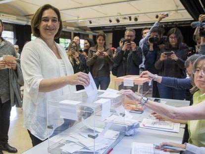 La alcaldesa Ada Colau vota en el Centro Cívico La Sedeta de Barcelona.