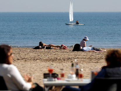 Varias personas en la playa de la Malvarrosa, Valencia, en febrero.