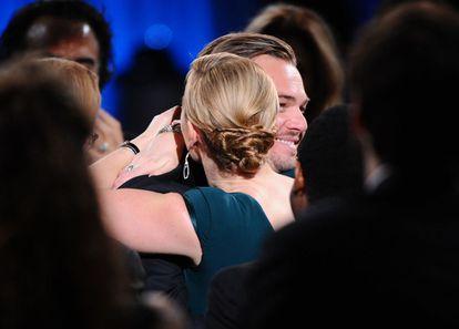 Kate Winslet abraza a Leonardo DiCaprio durante los premios SAG.