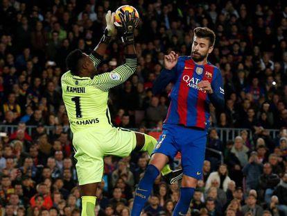 Kameni atrapa un balón ante Piqué. ALBERT GEA REUTERS /Vídeo: Declaraciones de Kameni tras el partido (ATLAS)