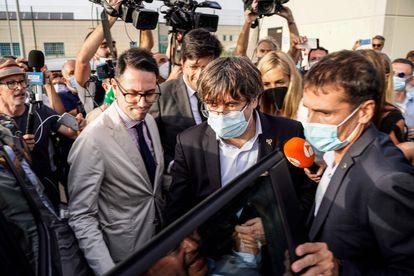 Carles Puigdemont, a la salida de la prisión de Sassari, en Cerdeña, tras la decisión de la jueza italiana de dejarle en libertad.