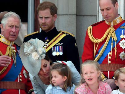 El príncipe Carlos junto a sus hijos Enrique y Guillermo en un balcón del palacio de Buckingham en junio de 2018.