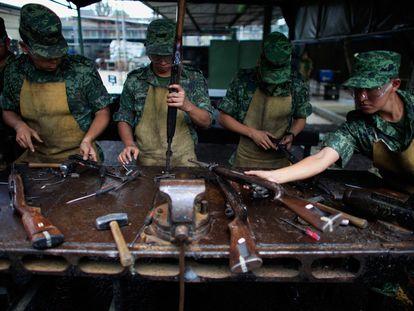 Soldados mexicanos desmantelan en Ciudad de México armas requisadas a narcos en distintas redadas.