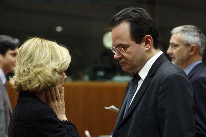 Elena Salgado conversa con el ministro de Finanzas griego, Yorgos Papaconstantinu, ayer en el Ecofin en Bruselas.