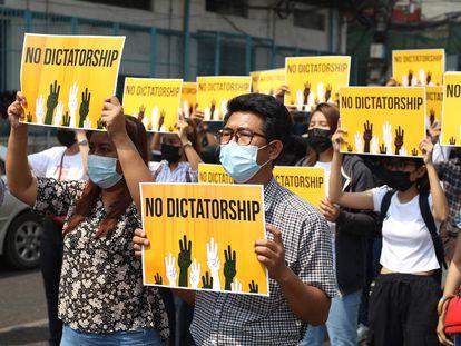 Protesta contra la junta militar golpista, este viernes en Yangón.