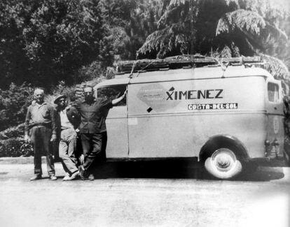 Francisco Jiménez (a la derecha), fundador de la empresa Iluminaciones Ximénez, y dos de los trabajadores junto a la furgoneta original de la compañía, que aún se conserva en su sede.  