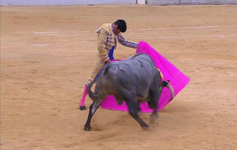 Emilio de Justo torea a la verónica al cuarto toro de la tarde.