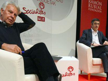 Felipe González (en primer término) y Patxi López, este jueves en el Palacio Euskalduna.