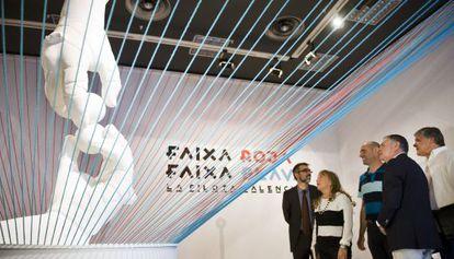 Reproducción de la escultura de Manolo Boix que abre la exposición 'Faixa roja, faixa blava'.