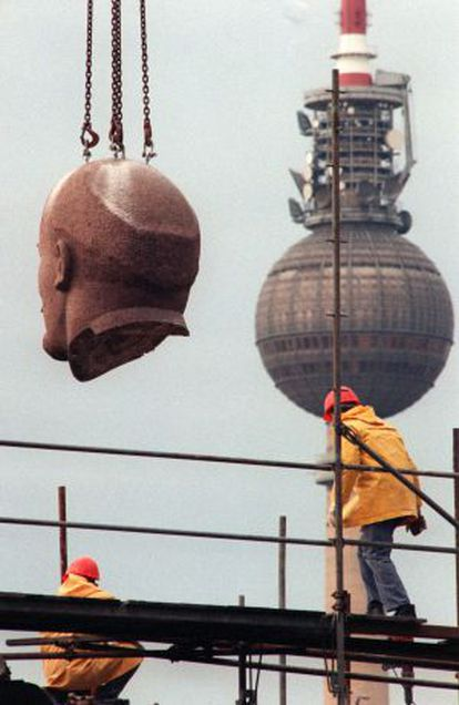 Traslado de la cabeza de la gran estatua de Lenin, en noviembre de 1991.