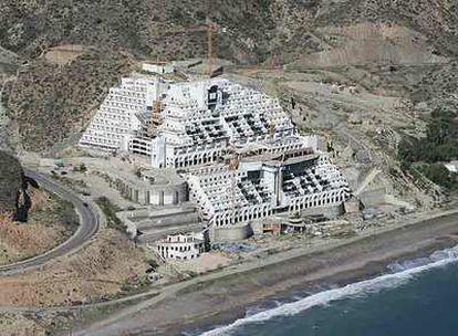 Hotel construido en el paraje de El Algarrobico, en Carboneras (Almería), en trámite de expropiación.