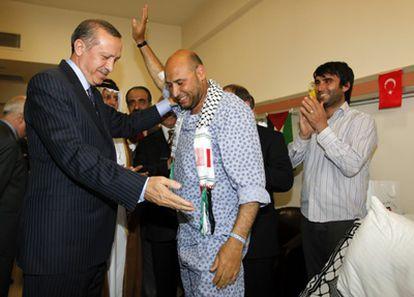 El primer ministro turco, Recep Tayyip Erdogan, saluda a uno de los heridos en un hospital de Ankara.