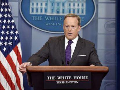 Sarah Huckabee Sanders, su número dos, le sustituirá como secretaria de prensa
