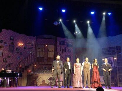 El elenco de '¿Quién mató a Sherlock Holmes?' en la presentación de la reapertura del Teatre Apolo de Barcelona.
